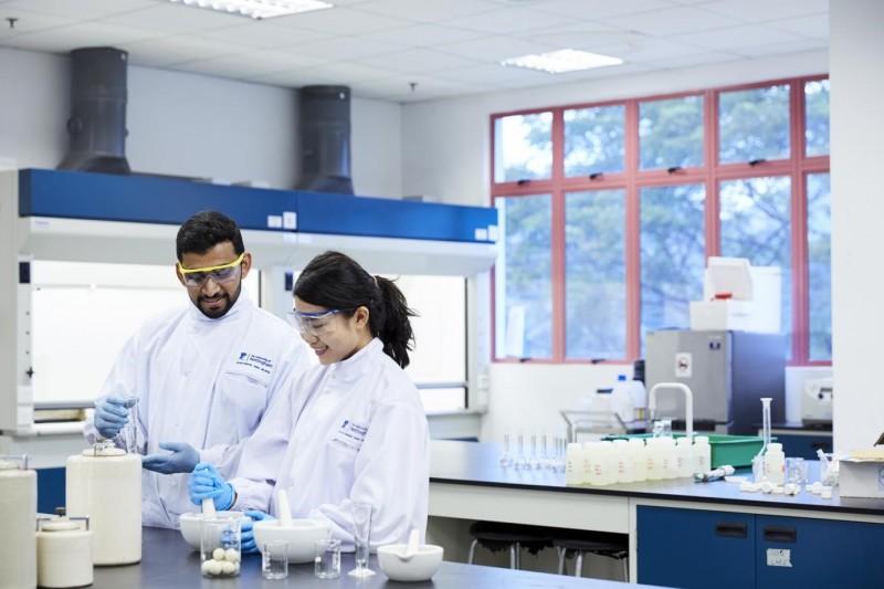 理科系学生在实验室进行实验。
