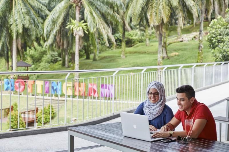 学生于校园的室外餐厅放松自己,舒缓学业压力上的紧张。