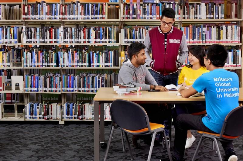 学生在图书馆进行小组讨论。