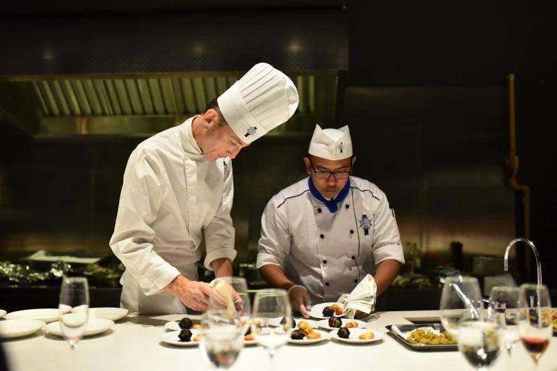在马来西亚蓝带国际厨艺学院里,学生能体验制作传统法式糕点的乐趣。