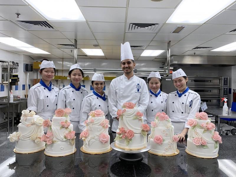 糕点厨师指导老师Sarju Ranavaya与学生共同创作的婚礼蛋糕。