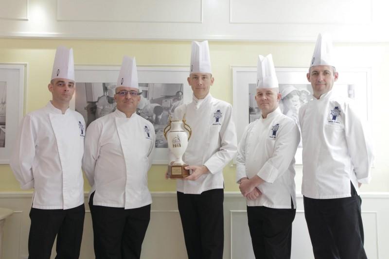 在蓝带国际厨艺学院,学生从亲手实践中学习厨艺技巧,并跟随来自顶尖餐厅与米其林星级餐厅的一流厨师学习。