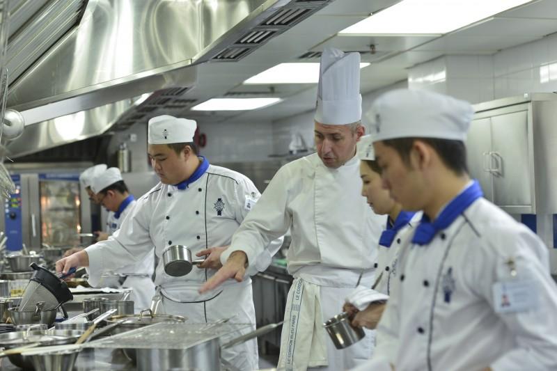 大厨导师大显身手,展露精湛的厨艺,让学生叹为观止。