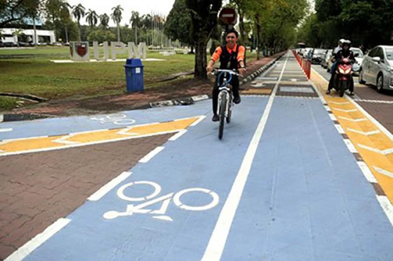 一直以来都在鼓吹绿色校园的博大,在2013年开始特别开设单车道,好让学生可以在校园内安全骑单车,这造就了校园内另有一幅特别的风景:铁马御风!