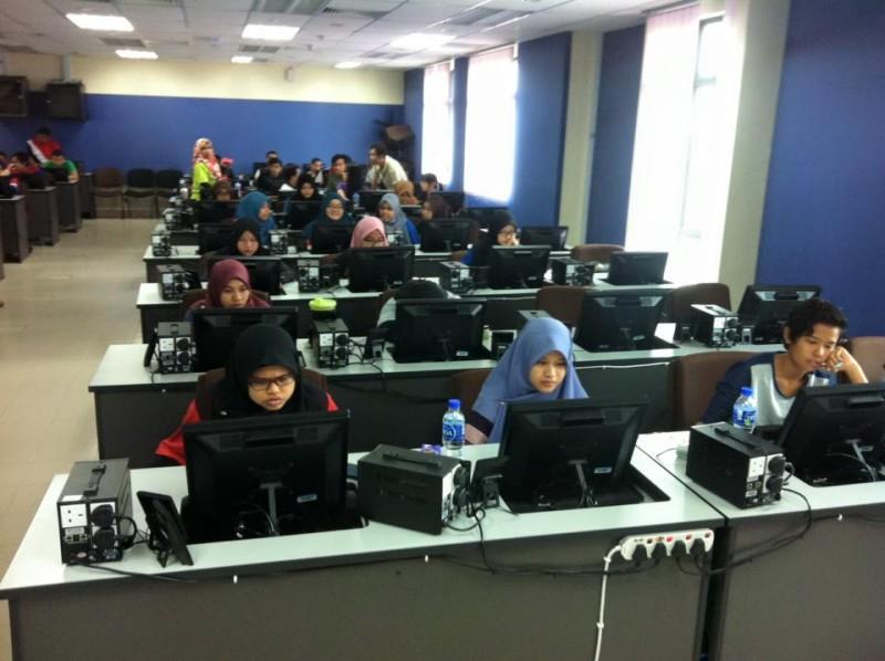 除了工程系,敦大也着重于电脑科学与资讯工艺的学科,该系院的学生皆可享用充裕的电脑器材与软件,单单一间电脑室(Makmal Infosys)就已经准备了多达80台的电脑供学生使用。