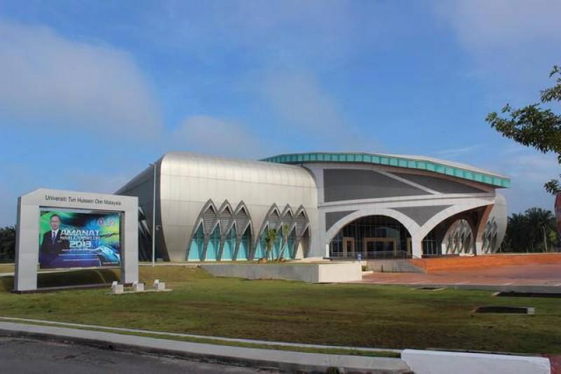 敦大大礼堂(Dewan Sultan Ibrahim)的外观呈半椭圆形,从高处瞭望,看似半颗鸡蛋。大礼堂内的设计相当富丽堂皇,身处其境,可感受到其中的贵气,迎新周、毕业典礼等大型活动都在此举行。