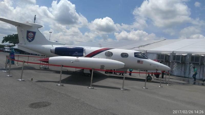 这架飞机可是货真价实的小型飞机呢!这架敦大专属的小型飞机除了供航空工程系学生学习之用,也是其他敦大生不会错过的拍照景点。