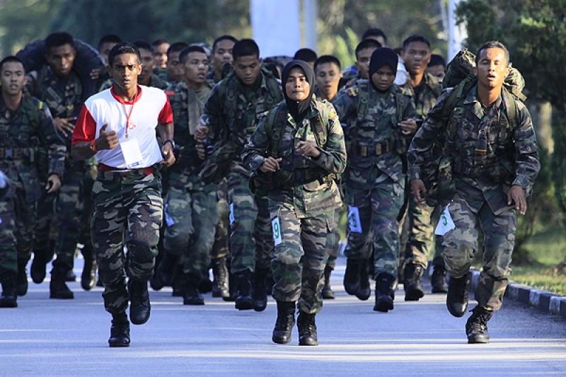 国防大学的学生主要分为军事官员(Pegawai Kadet)和后备军官训练部队(Pasukan Latihan Pegawai Simpanan, PALAPES)。前者须通过马来西亚武装部队提出申请,才能进入国防大学一边上学,一边受训,以便未来成为高职军人;后者则须通过大学中心单位(Unit Pusat Universiti, UPU)申请入学,再成为后备军官训练部队的普通学生。两者都需要在特定时间进行军训,因此在校内不时会看见穿着军装的大学生。