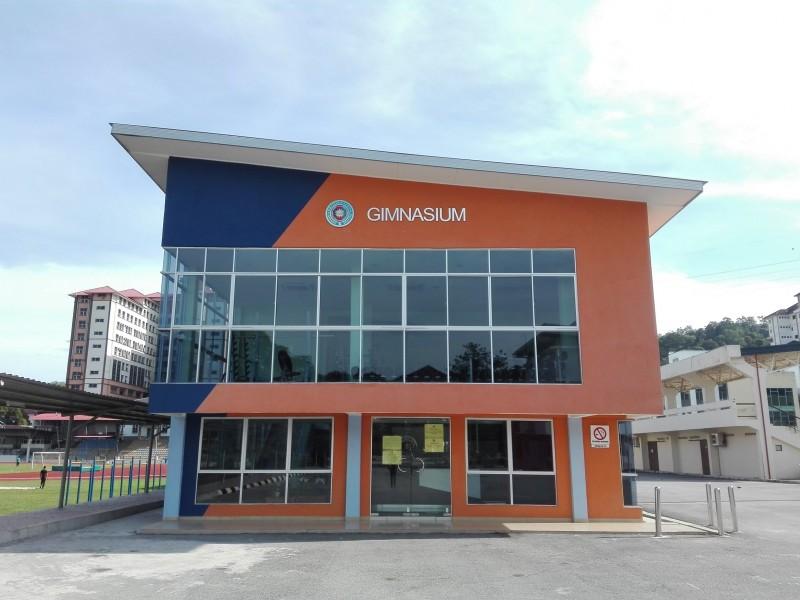 这是国防大学新建设的健身房,目前一切设施还在准备当中,所以尚未正式开放使用。倾斜的屋顶、透明的落地窗,皆属此建筑的独特设计。漆上亮眼的橙色之外观,让人难以忽视。