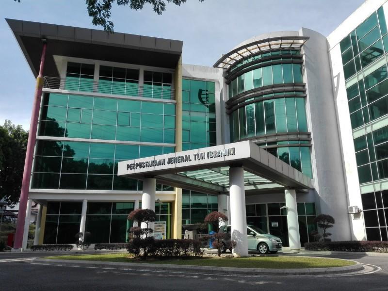 设计独特的建筑物是国防大学图书馆,其前身是马来西亚军事学院(Akademi Tentera Malaysia, ATM)图书馆,直至2006年军事学院升级为国防大学为止。在2011年,校方以马来西亚武装部队的第三任参谋长的名字,将这座图书馆重新命名为Perpustakaan Jeneral Tun Ibrahim。