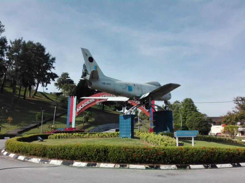身处军事地区,自然会看见真正的军车,甚至防空炮车、战斗机等军事独有的摆设。在国防大学与军事训练学院(Akademi Latihan Ketenteraan, ALK)交替之间的交通圈,可见一架被命名为FM-1946的战斗机。这为充满军事风格的大学带来一份肃穆的气息。