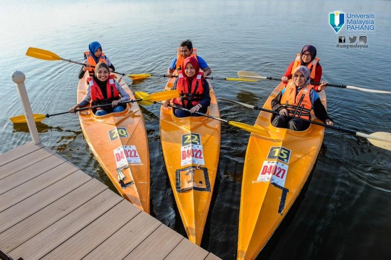 彭大北根校园里有39.21亩的湖泊,除了让彭大校园增加了赏心悦目的风景,也让皮划艇运动成为校园内其一别具特色的活动。这项皮划艇运动也被列为课外活动的其一选择,有兴趣的学生都可以在校园内体验这项难得的水上运动。