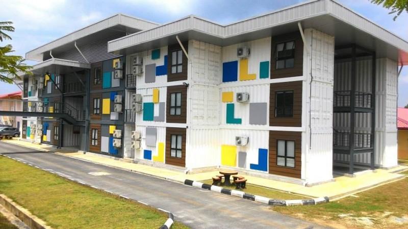这间看似小巧却不失特色的建筑物是讲师办公室。其特别之处是整座建筑物都使用循环再生材料制成的,如塑料、纸张、木板等。这栋建筑物之成立,无形中也间接地提倡环保意识,让学生了解再生资源所带来的好处与重要性。