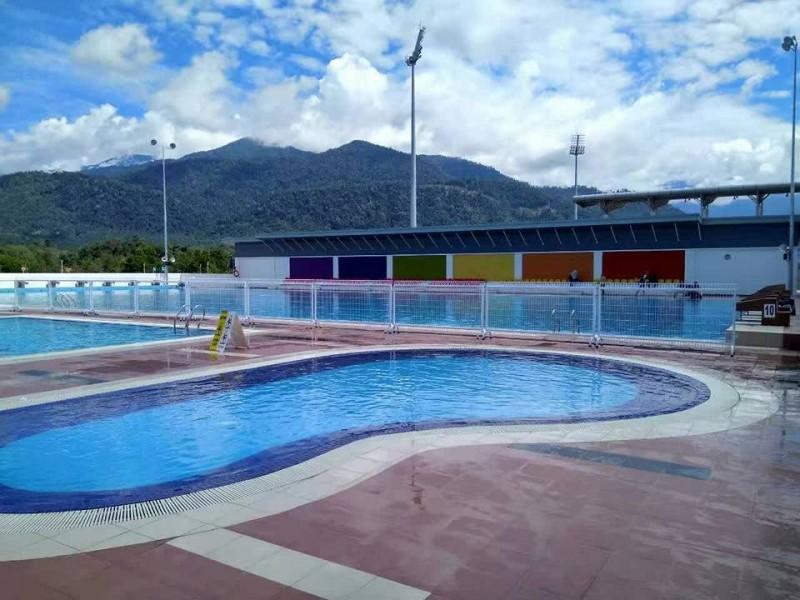 依大如今已经建有自己的体育中心,其中包括草场、跑道、篮球场等。各个体育设备当中,尤以游泳池最受欢迎。另外,也建有小孩和中年人专用的游泳池,因此这里已经成为大学生和外人所共享的休闲中心。