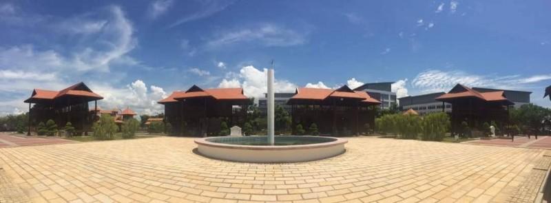 休闲花园(Teniat)是丹大万捷分校的特色地标之一。休闲花园的设计以吉兰丹州的马来风格为主,成功将吉兰丹州文化结合并融入于先进的大学建筑之中,而成为此分校的马来文化遗产之一。