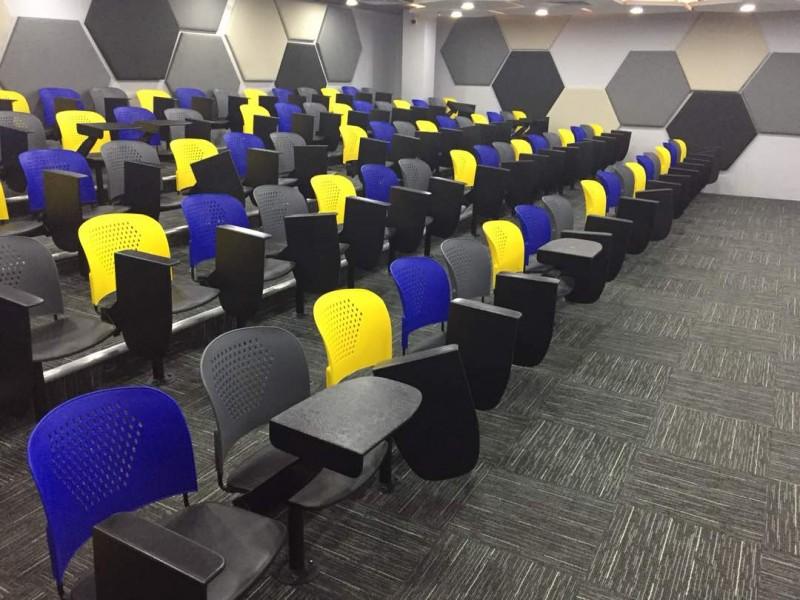 学院的讲堂广阔,让学生能够在舒适的环境下学习。