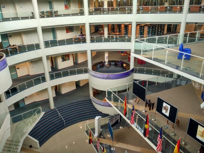 四层楼高的砂大图书馆(Centre for Academic Information Services),看起来像是购物广场,给人焕然一新的感觉,也改变了许多人对图书馆的刻板印象。