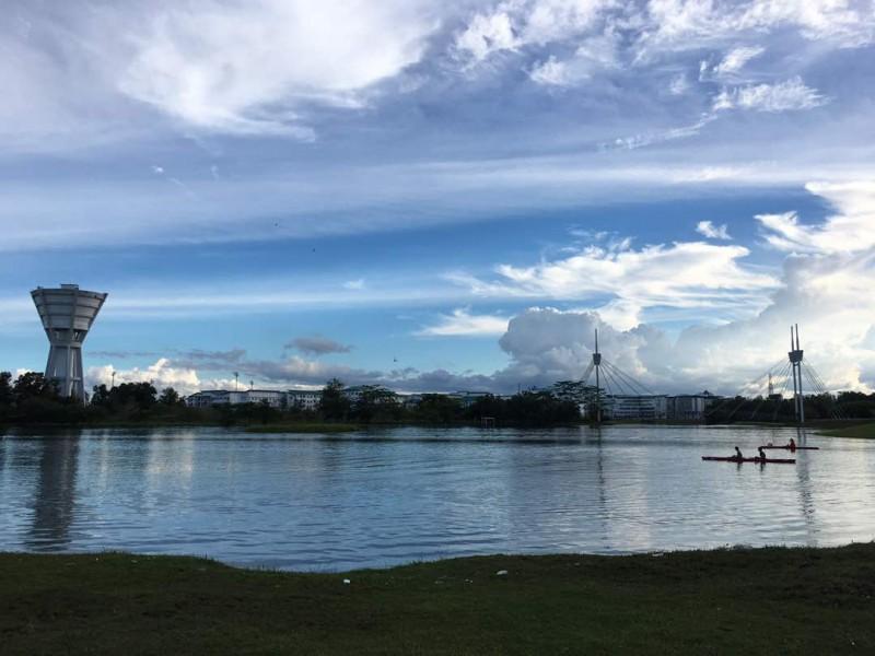 砂大新校区的湖上筑有一座桥梁连接着湖的两边,方便学生们到湖的另一边去。学生也可以在湖中进行划艇(Kayak)运动。
