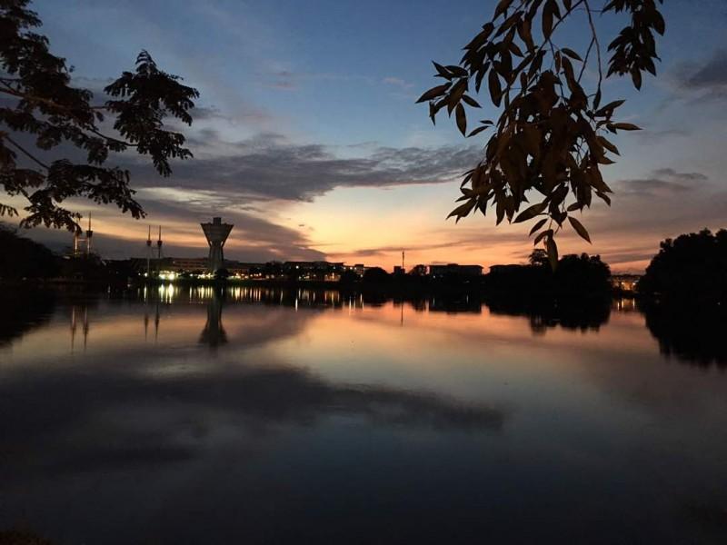 砂拉越的天色一般暗得比较早,比马来半岛大约早一个小时,因此过了六点半,天色便开始变暗。砂大新校区绕湖而建,到了黄昏时刻,湖边景色美不胜收。