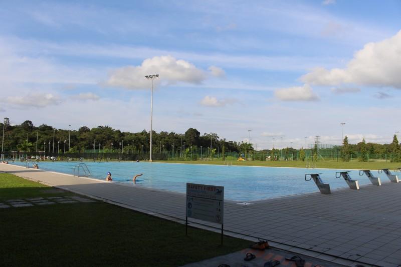 砂大提供了完善的运动设施,其中包括大型露天游泳池,只要花费50仙购买门票,就可入内畅泳两小时。