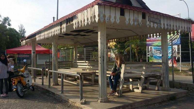 这是候车亭, 登大生称之为van sapu。在这里会有面包车载你去市区、巴士站、飞机场等等。你只要告诉司机想去的地方,再询问价钱就可以了。