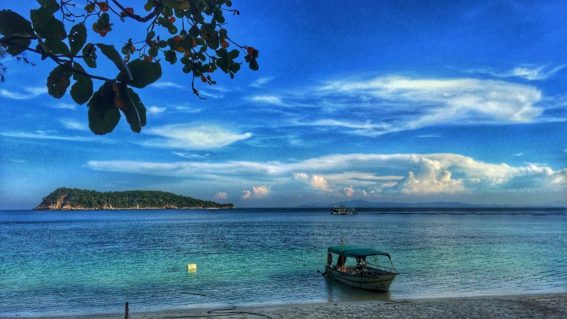 """比农岛(Pulau Bidong)是登大的私人岛屿,专供修读海洋系和海洋生物系的登大生进行考察和研究。比农岛环境优美,海水清澈见底。校方每年都会主办""""Survival Laut Programme""""供第二年的大学生免费参与,以体验比农岛的岛屿风情。"""