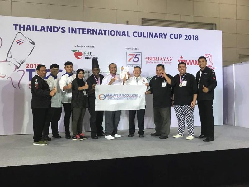 講師和學生代表學院參加2018年泰國國際廚藝賽