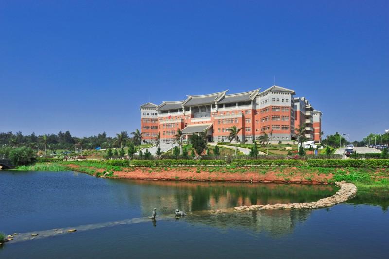國立金門大學校園一隅,前景為大學池,背景為綜合教學行政大樓。