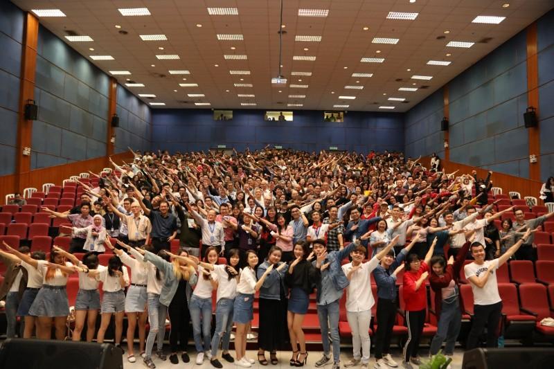 校园音乐专辑《起飞》东南亚音乐史上第一张由校方全力出资的学生原创歌曲集。