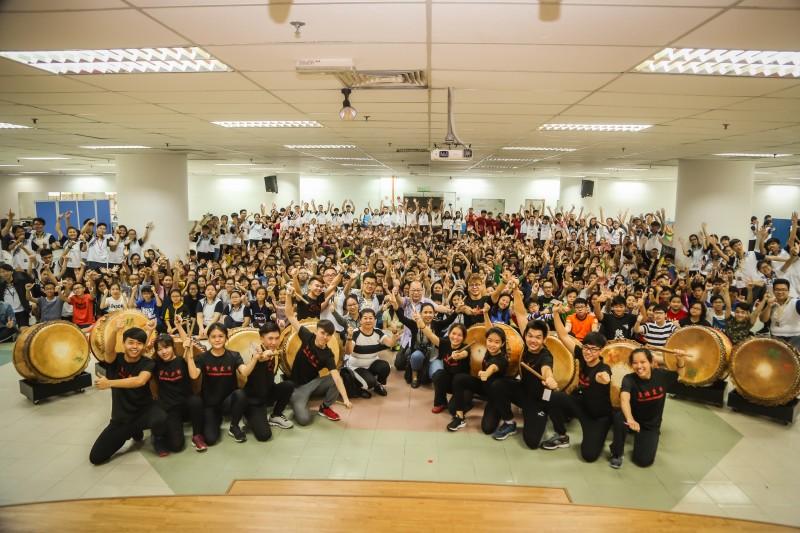 """全国中学生中华文化营,反应热烈。来自印尼、台湾、越南、尼泊尔的中学生学习我国特有的""""廿四节令鼓""""。"""