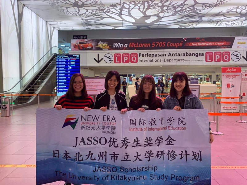 四名JASSO奖学金生,曾慧欣、李家慧、梁馨元和郑捷励(左到右)准备出发到日本北九州前在机场合影。