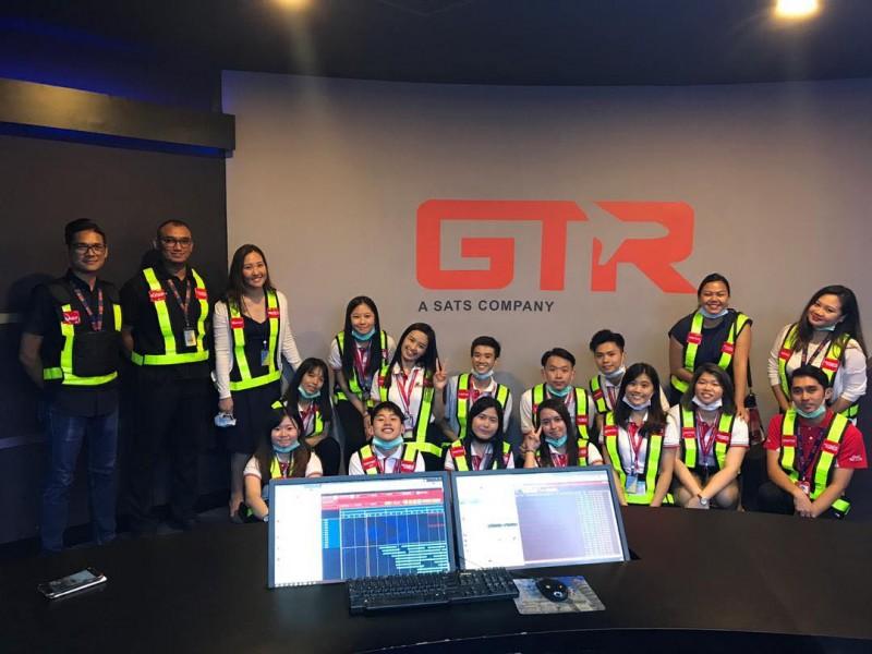 带领学生参观机场以了解地勤人员的工作模式与机场运作模式。