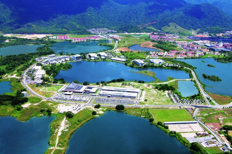 校园内的现代化建筑与高低起伏的绿色山丘、蔚蓝天空与湖泊景色融为一体。