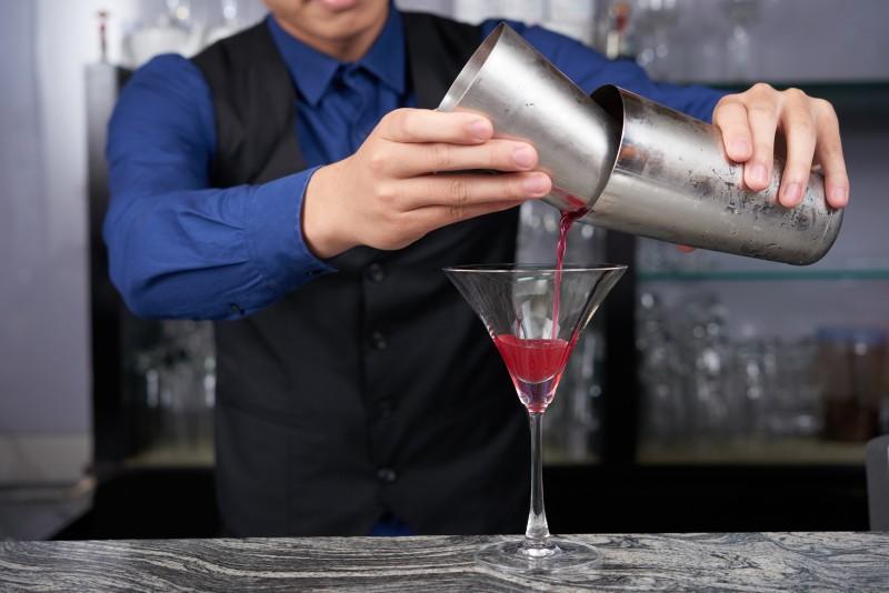 调酒术 - 餐饮管理技职文凭中的其中一项教学内容,教你调制不同的饮料。