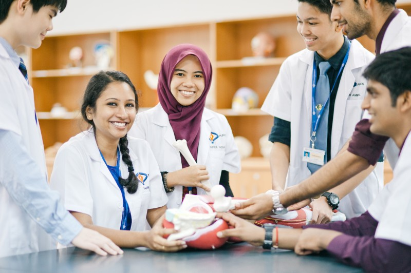在首要大学人体解剖实验室拥有塑化人体部位、塑料人体部位、人体各部位检查模拟器等专业设备以提供医学学生们有效的学习。
