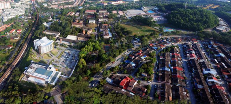 拉曼大学学院位于文良港的吉隆坡总校占地186英亩, 属于现代化郁葱校园, 提供学生优质的大学院校生活。