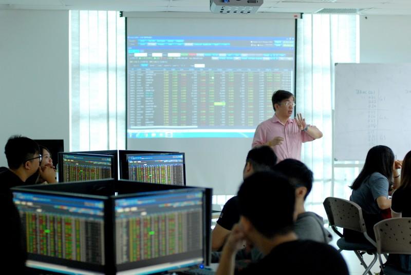 修读财务与投资学士课程的学生正学习通过大马股票交易所的实时报价进行股票交易。