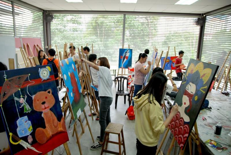平面设计科文凭学生在绘画室发挥想象空间。