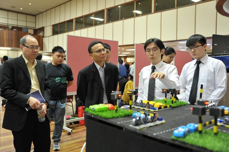 工程系学生讲解及演示他与团队在毕业设计中的创作品。