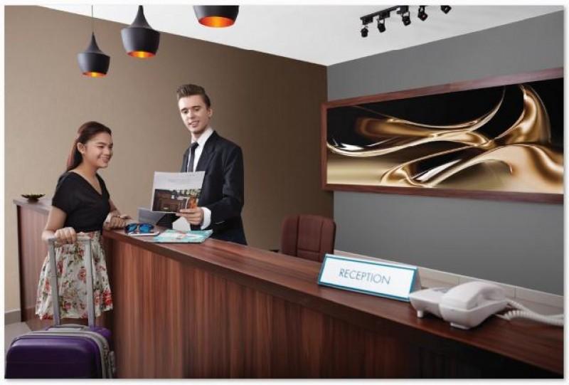 礼待与旅游管理系学生可将课堂上学到的知识应用于以仿造五星级酒店的模拟客房和设施。