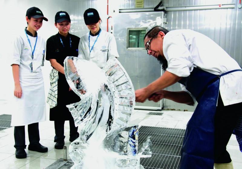 伯乐大学学院打造低温空间冰雕教室,让学生见识并学习冰雕技术。