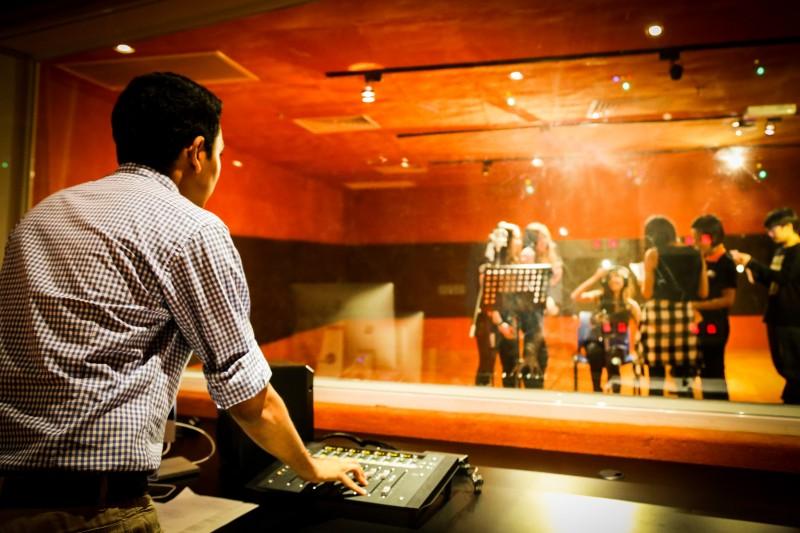 录音室设备齐全,学生可在高效的环境下吸收实践知识。
