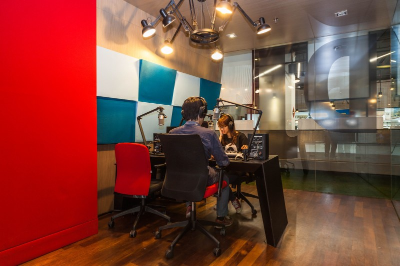 学生在校园广播室学习操作广播器材。