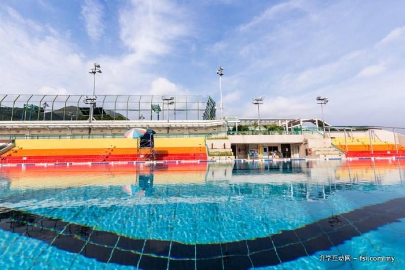 体育馆备有完善的运动设施,是学生锻炼身体和放松心情的好去处。