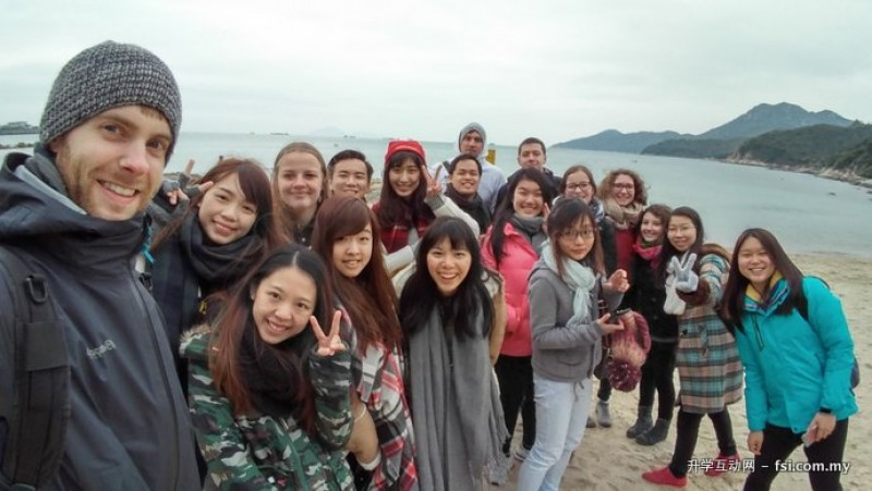 本地同学与外国交流生相处融洽,一同参与校外活动,探索香港郊外。
