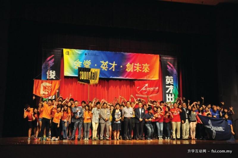 学生每年都会在礼堂举办活动,展现丰富多彩的校园生活。