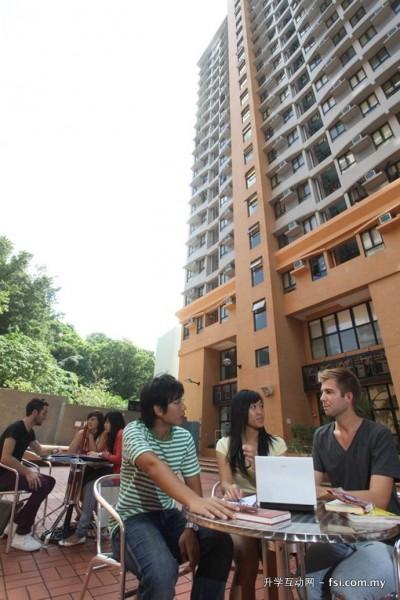 宿舍大楼环境悠闲,学生常在这里学习与交流。