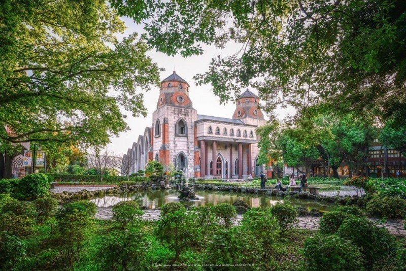 網推全台灣6間最美大學,真理大教堂。