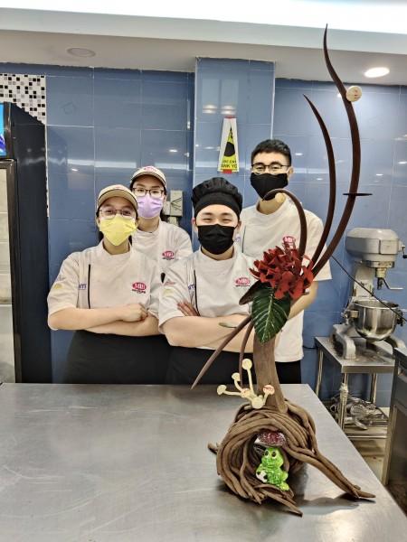 哗! 这巧克力艺术品花了我们近3天制作,值得好好炫耀一番!