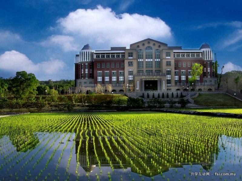 嘉大图书馆面对着清澈的水稻,景色怡人。